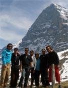El equipo al completo bajo la Norte del Eiger.- Foto: FEDME