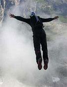 Thomas en uno de sus saltos desde las Tres Cimas de Lavaredo.<br>Foto: Col. Huber