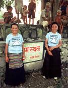 Dos mujeres sherpas con la camiseta de la expedición.- Foto: Col. Arlene Blum