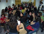 Un momento de relax bajo techo en el salón de actos del refugio.- Foto: FEDME