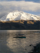 El lago Karakul y el Muztagh Ata al fondo.- Foto: gamalicante.com