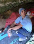 Rubén Díaz mentalizándose para darle un tiento a Hay que masticar antes de tragar, 8b de bloque de la cueva de Baltzola.- Foto: Col. Rubén Díaz