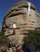 """Manifestación en Montserrat """"contra de la involución de la escalada, el retroequipamiento, el equipamiento de saturación y la manipulación de las vías"""", celebrada en febrero de 2008.<br>Foto: Ángel Conde García"""