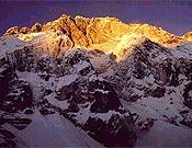 Primeras luces sobre la vertiente sur del Nuptse.- Foto: babanov.com