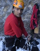 Israel Blanco se prepara para escalar en hielo.- Foto: desnivelpress.com