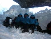 Manuel Córdova, Silvestre Barrientos y Sidarta Gallego en un vivac durante la apertura en estilo alpino de Rimshang Piriri.- Foto: FEDME