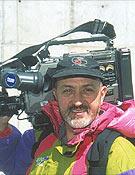 Con la cámara el hombro, antes de partir al Everest 2001, la última de las catorce sin oxígeno para Juanito Oiarzábal.- Foto: desnivelpress.com