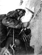Michel Vaucher tallando escalones en la primera ascensión de la punta Wymper de los Grandes Jorasses. Esta ascensión duró cinco días (del 6 al 10 de agosto de 1964) y se realizaron cuatro vivacs. Los desprendimientos de piedras e incluso de una parte del espolón seccionaron las cuerdas. El mal tiempo que vino después resultó casi fatal para la cordada Bonatti-Vaucher. - Foto: Col. Michel Vaucher / desnivelpress.com