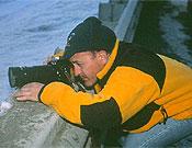 Sebas improvisando un trípode de urgencia en una de sus expediciones.- Foto: desnivelpress.com