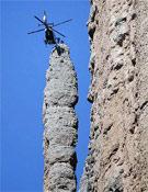Un helicóptero, durante el ejercicio del Grupo de Rescate de la Guardia Civil en los Mallos de Riglos (Huesca).Foto: EFE