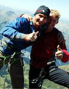 Ueli y Stephan Siegrista celebran la liberación de Paciencia (900 metros, 27 largos y dificultades de hasta 8a), en la norte del Eiger.Foto: Ueli Steck
