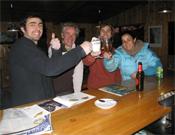 La merecida celebración en el bar del Camping de Siurana. Desde la izquierda: Andoni Pérez, Toni Arbonés, Sharma y Daila Ojeda.- Foto: dailaojeda.blogspot.com