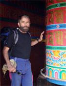 César rodeando una estupa en una de sus expediciones recientes.- Foto: Col. César Pérez de Tudela