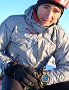 Ueli Steck tras culminar en 2 horas y 21 minutos la ascensión de la Macintyre-Colton a las Grandes Jorasses.- Foto: Col. Ueli Steck