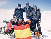 Alberto Ayora y otros cinco miembros Grupo Militar de Alta Montaña de Jaca en la cumbre del Pico Lenin.- Foto: Col. Alberto Ayora