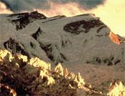 Vertiente norte del Annapurna (8.091 m), con su amenazante Glaciar de la Hoz en primer plano.- Foto: Col. Arlene Blum