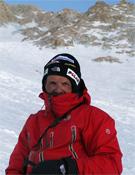 Simone Moro por encima de los 7.000 metros en el Makalu.- Foto: Denis Urubko