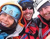Cecilia Buil, Oscar Pérez y Néstor Ayerbe en la cumbre de la Changui Tower, tras trazar Ojos claros, en su cara este (1.150 m, 6b).- Foto: Col. Cecilia Buil
