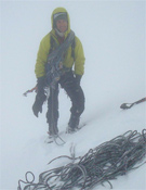 Mikel Zabalza, una cumbre entre la niebla.- Foto: Unai Mendia