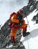 Xavi Arias filmando, a 7.900 metros, en el Espolón de los Ginebrinos del Everest.- Foto: col. Xavi Arias