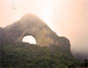 El célebre arco de Moon Hill, en China.