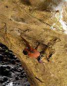 Gaz Parry escalando en la cueva de Baltzola.- Foto: The North Face Summit Series