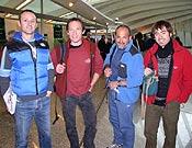Esperando para partir hacia el Ama Dablam, en 2004. De izquierda a derecha: Juan Ramón Madariaga, Alberto Zerain, Juanito Oiarzábal y Eneko Pou. Foto: Javier Baraiazarra