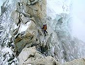Tramo de roca en el Pilar oeste, durante el ascenso al campo 3 (7.350 m). Foto: GMAM Makalu 2005