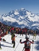 Miles de personas en la cumbre del Grand Mont. Foto: Jocelyn Chavy
