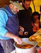 Juanito Oiarzabal cocina un buen bacalao a la vizcaína. Foto: Xavi Arias