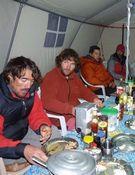 Martín Ramos y Jorge Egocheaga comparten cena con la expedición polaca. Foto: Kinga Baranowska