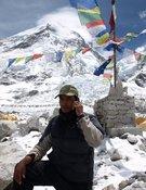 Un sherpa habla por el móvil en el CB. Foto: Kenton Cool / Dream Guides