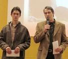 De izquierda a derecha, Albert y Òscar Masó Garcia durante la entrega del X Premi Vèrtex de guía de itinerarios de montaña. Foto: Conxita Garcia Pérez