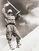 Maurice Herzog en 1950 haciendo cumbre en el Annapurna.