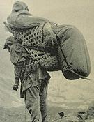 El 10 de junio, bajo el monzón, los heridos dejan el campo de base sobre la espalda de los portadores.