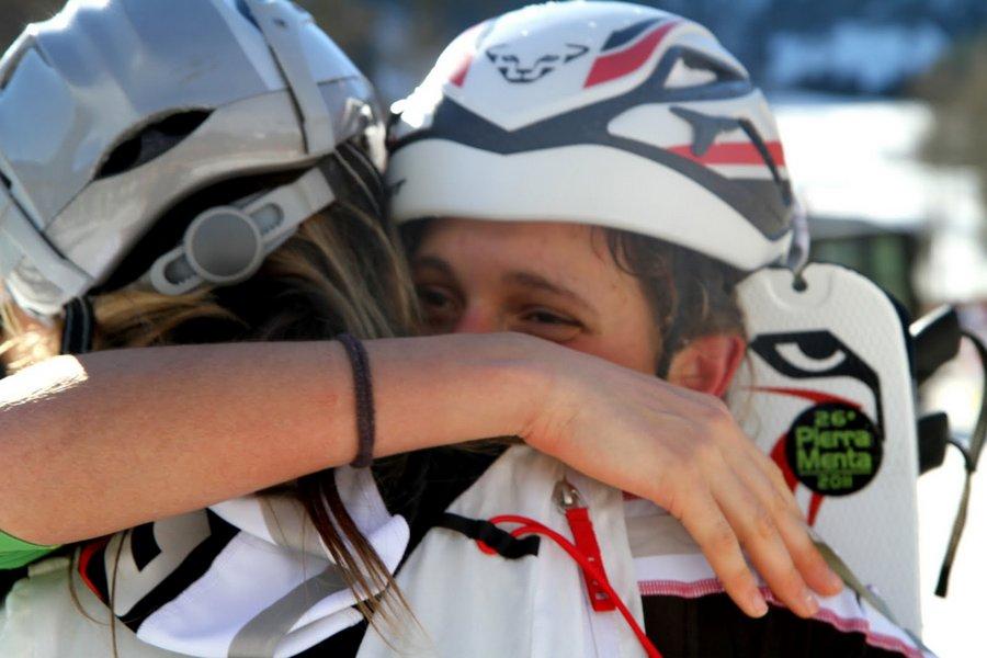 Mireia Miró abraza a Javi Martín tras su victoria en la Pierra Menta 2011