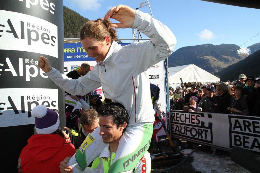 Kilian Jornet alza en hombros a Mireia Miró celebrando sus victorias en la Pierra Menta 2011