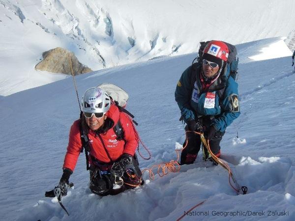 Gerlinde y Maxut en la pendiente nevada entre el Campo I y el Campo II.