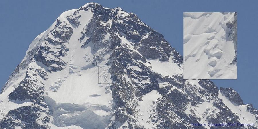 Detalle de la marcha de la expedición de Gerlinde Kaltenbrunner, pasando por el Couloir de los Japoneses en el K2.