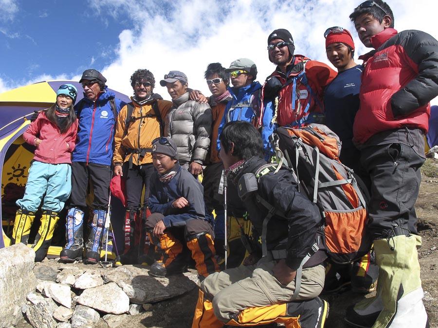 Alpinistas y sherpas en el campo base del Kangchenjunga antes del intento a la cima. A la izquierda imagen Oscar Cadiach y Lluis Rafols.