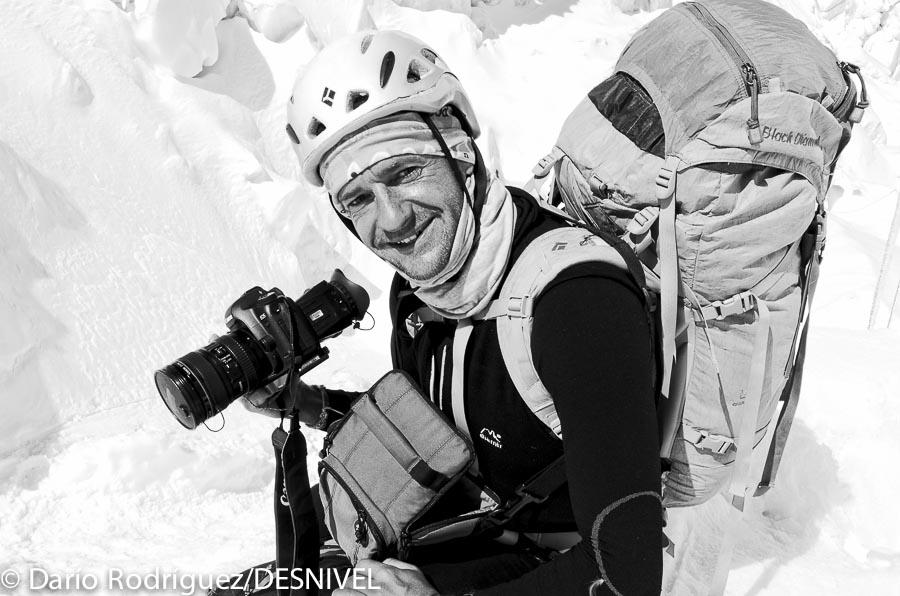 Ferrán Latorre filmando en la Cascada de Hielo del Everest (2011)