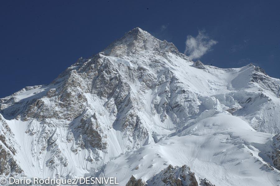 K2 por su cara sur (vertiente pakistaní), vista desde el campo base.