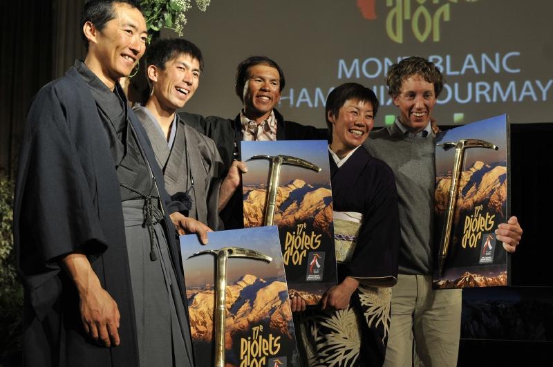 Ceremonia de los Piolets d'Or 2009. Kei Taniguchi es la segunda por la derecha